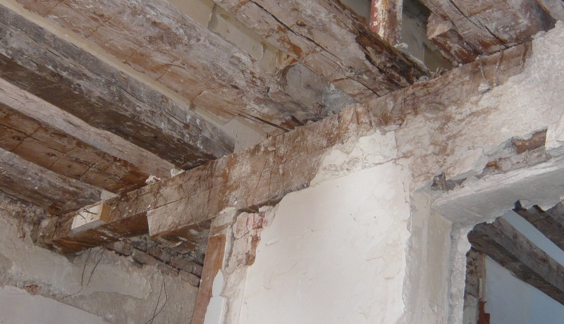 Fisuras bajo viguetas por apoyo incorrecto sobre muro de carga