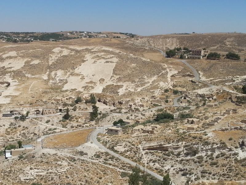 El asentamiento moderno está en la parte alta de la colina. Sin embargo algunas casas del fondo del valle aún están ocupadas.