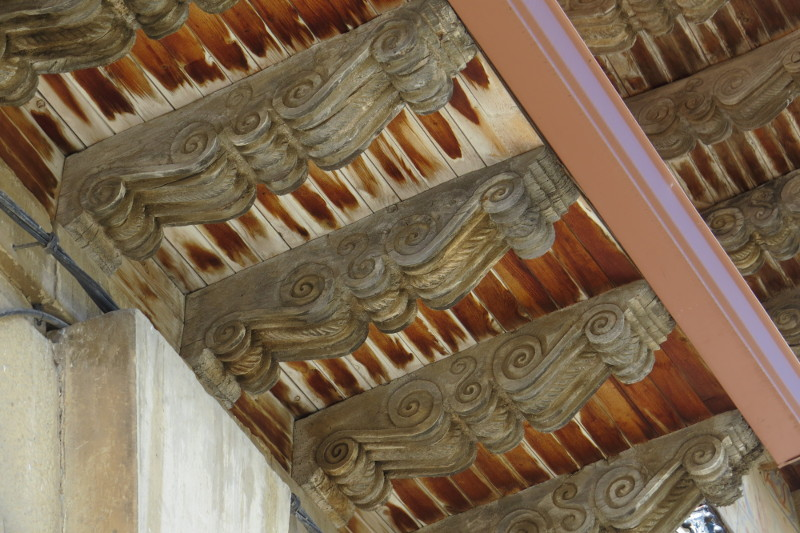 En el interior la nave única es de bóvedas de crucería góticas.