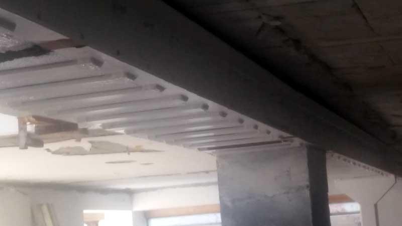 Corte de una viga de hormigón para anular su carga