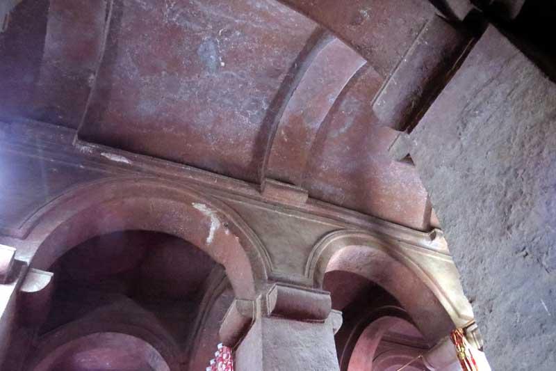 Iglesias talladas en la roca de lalibela, etiopía. Interior con bóveda de cañón excavada en la roca.