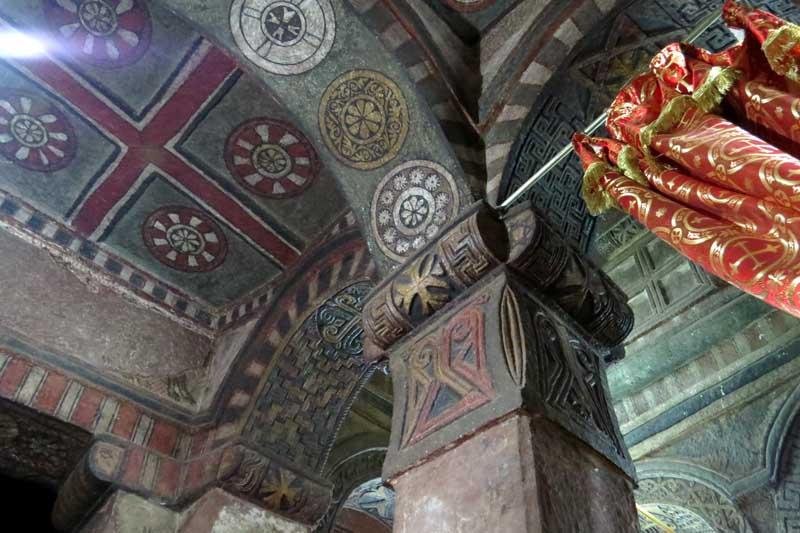 Iglesias talladas en la roca de lalibela, etiopía. Interior de Biete Mariam
