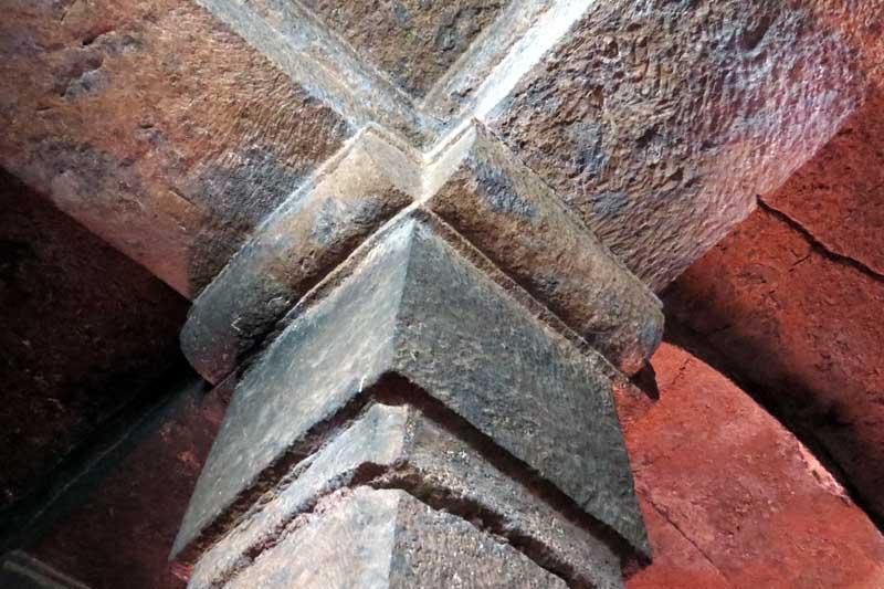Iglesias talladas en la roca de lalibela, etiopía. Capitel interior y pilar tallados en la roca