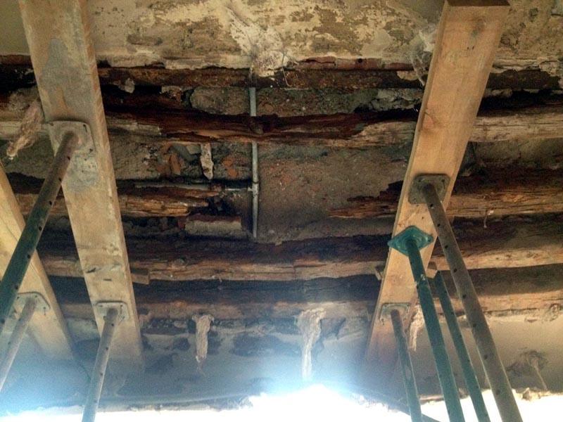 Sustitución de viguetas de madera. Daños en forjado por viguetas en malas condiciones
