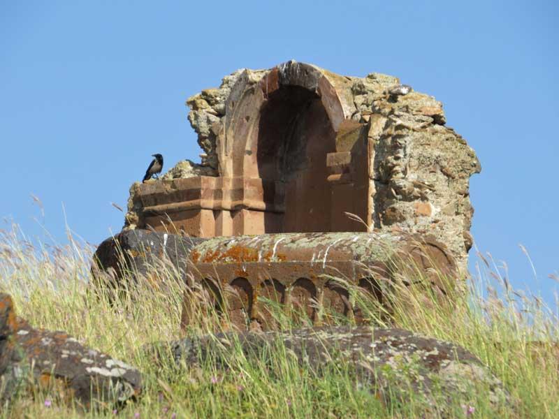 Muros de los restos del monasterio junto al cementerio de Marmashen, Armenia
