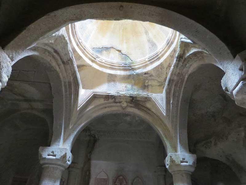 Cúpula de una de las capillas del monasterio de Gerhard, Armenia, excavada en la roca