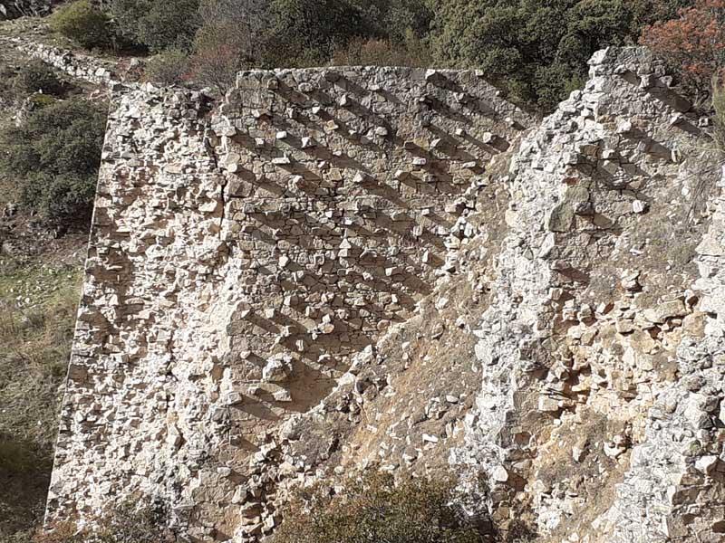 Presa inacabada de El Gasco, vista detalle grietas muro
